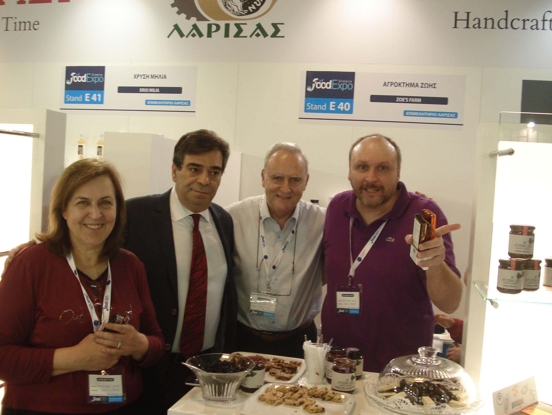 Ο Αντιπεριφερειάρχης Θεσσαλίας κ. Γιώργος Λαδόπουλος με μέλη της οικογένειας Μπαρμπούτη .
